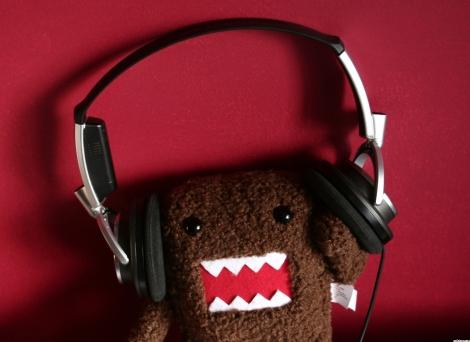 1318-domo-wearing-headphones-wallpaper-wallchan-1440x1050