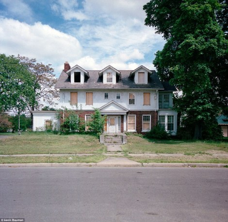 Abandoned-homes-in-Detroits-once-affluent-suburbs