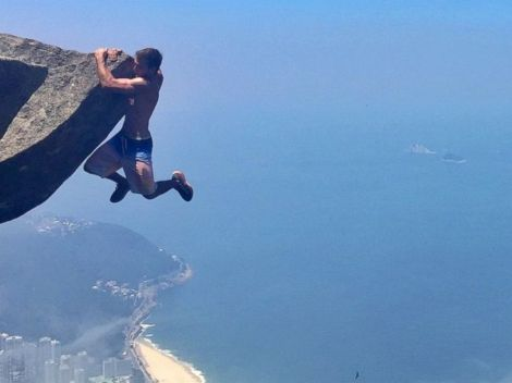 HT_cliff_hanging_couple_04_jef_150701_4x3_992