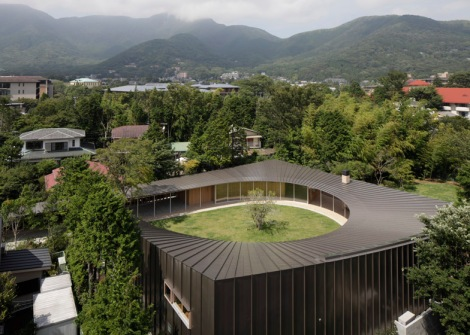 japanese-home-betrays-square-exterior-with-teardrop-shaped-courtyard-1-from-above